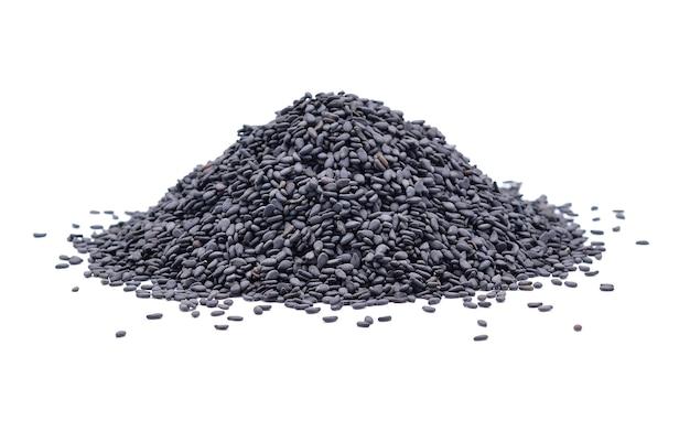 Pilha de sementes de gergelim pretas em branco