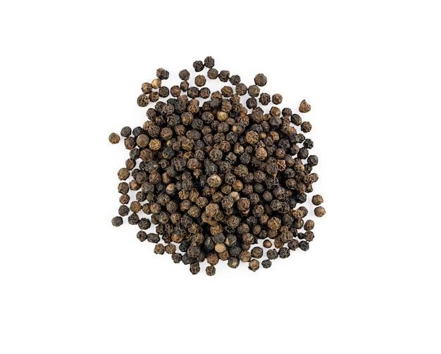 Pilha de sementes de grãos de pimenta preta isoladas no fundo branco. vista do topo. foto de alta qualidade
