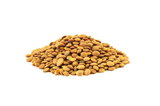 Pilha de sementes de lentilhas cruas isolada no fundo branco