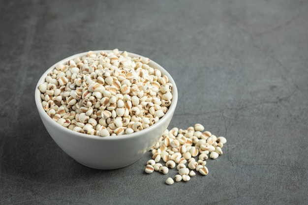 Pilha de sementes de milho em fundo escuro