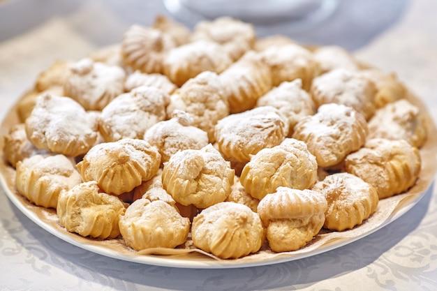 Pilha de sobremesas de padaria ou bolos no prato, closeup