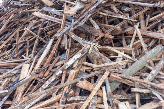 Pilha de sucata de madeira para reciclagem de fábrica de madeira