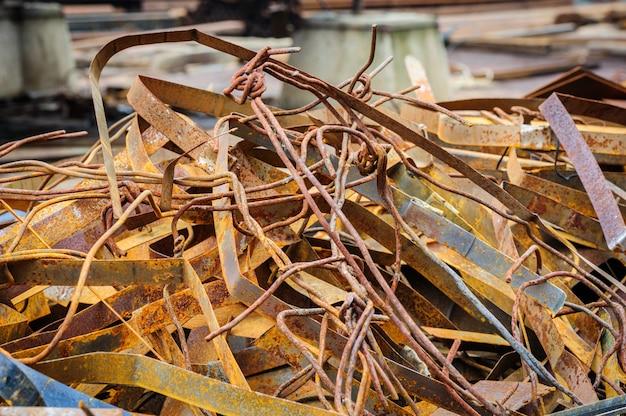 Pilha de sucata de metal enferrujado