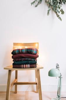 Pilha de suéteres de inverno na cadeira