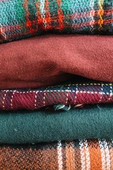 Pilha de suéteres de inverno quente