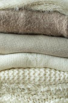 Pilha de suéteres de malha aquecem o espaço de malhas de fundo