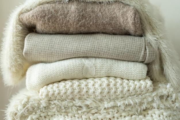 Pilha de suéteres de malha quente fundo espaço de malhas para texto outono inverno conceito fundo wi ...