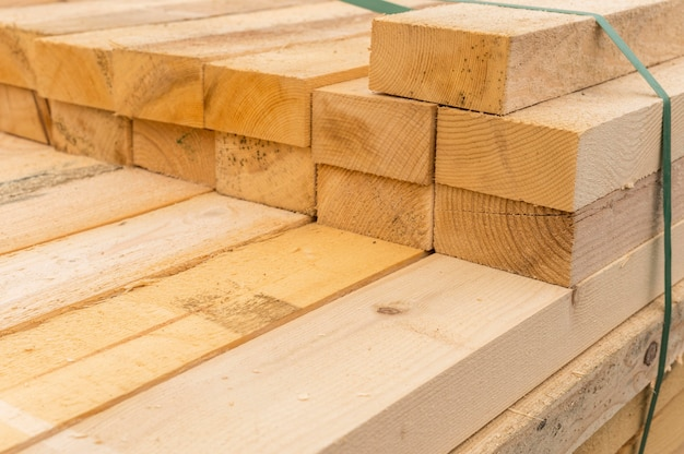 Pilha de tábuas de madeira