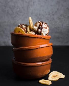 Pilha de taças de close-up com bolas de sorvete