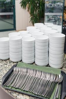 Pilha de taças de sopa