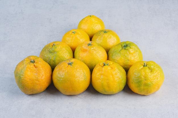 Pilha de tangerina fresca em forma de triângulo.