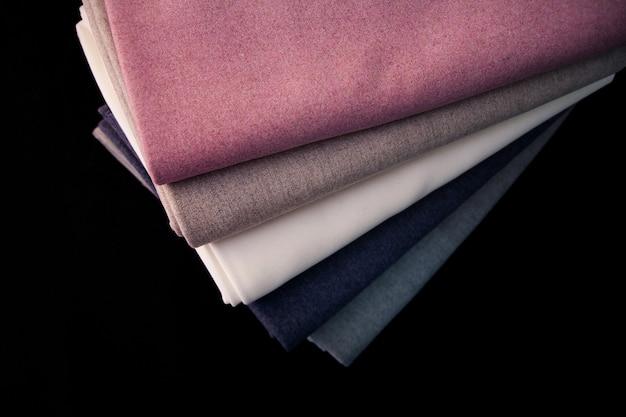 Pilha de tecidos de lã coloridos