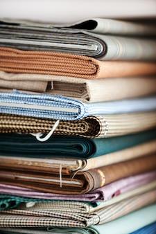 Pilha de tecidos dobrados variados
