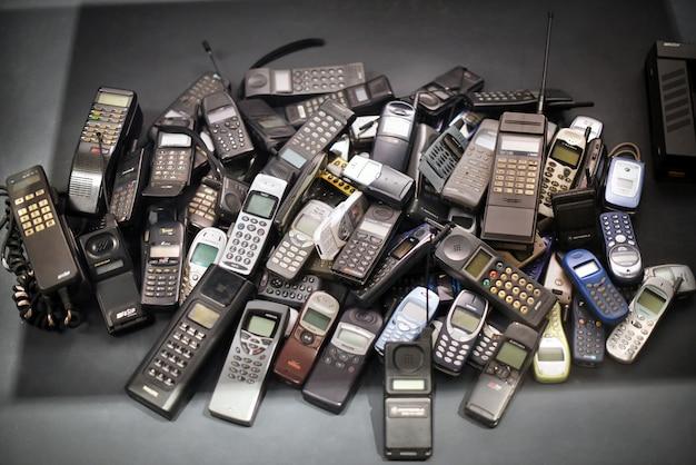 Pilha de telefones celulares antigos