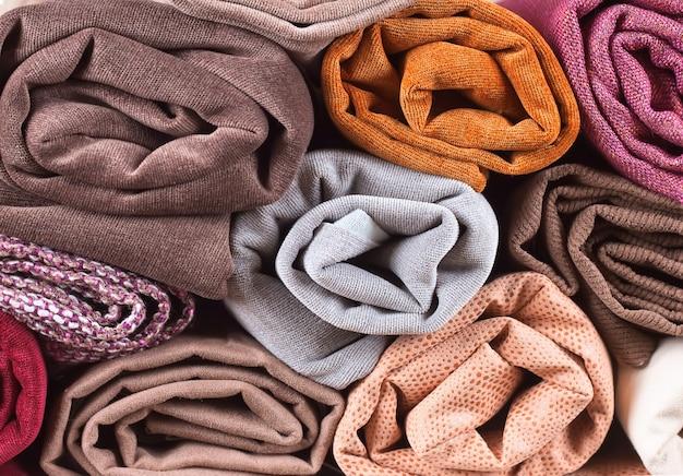 Pilha de têxteis coloridos dobrados. rolo de tecido