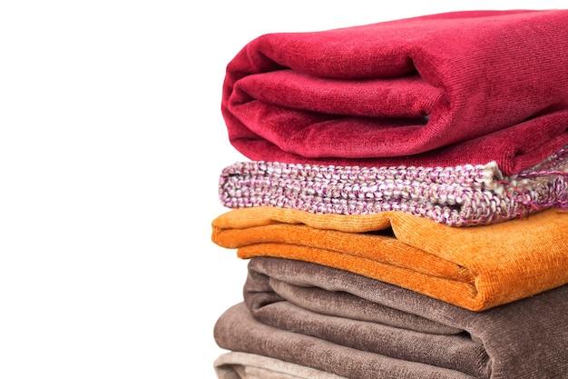 Pilha de têxteis dobrados, isolada no branco. pilha de tecido