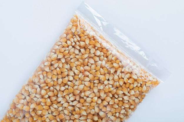 Pilha de textura de grãos de pipoca crua.