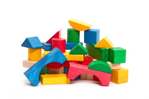 Pilha de tijolos coloridos