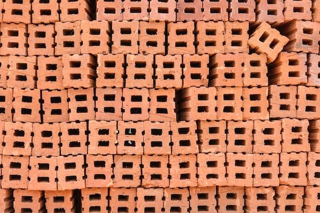 Pilha de tijolos de barro vermelho