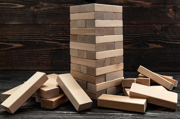 Pilha de tijolos de madeira. brinquedos de madeira. jogos de tabuleiro