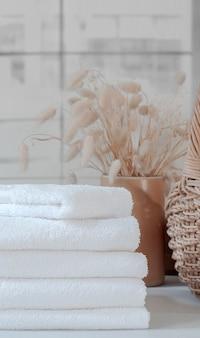 Pilha de toalhas brancas limpas na mesa, vista vertical.