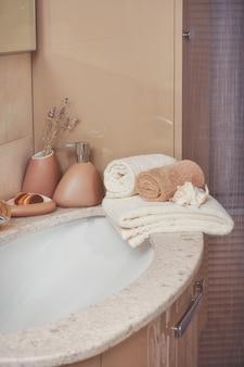 Pilha de toalhas com dispensador de sabão