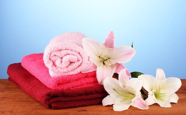 Pilha de toalhas com lírio rosa em azul