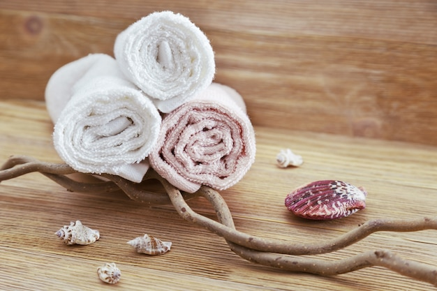 Pilha de toalhas de algodão em fundo de madeira com espaço de cópia. foco seletivo. conceito de spa de itens naturais.