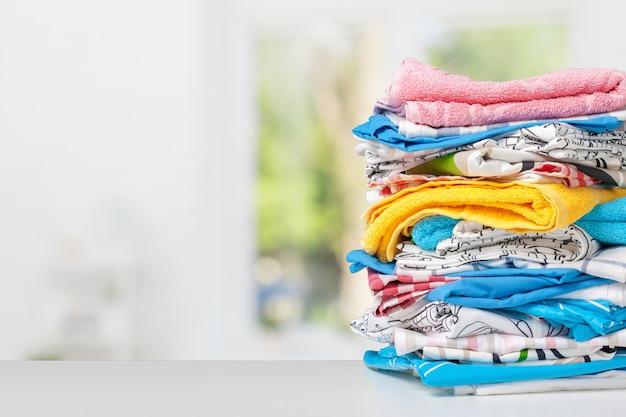 Pilha de toalhas de banho na luz branca fundo closeup