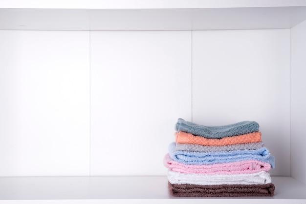 Pilha de toalhas de banho no fundo claro