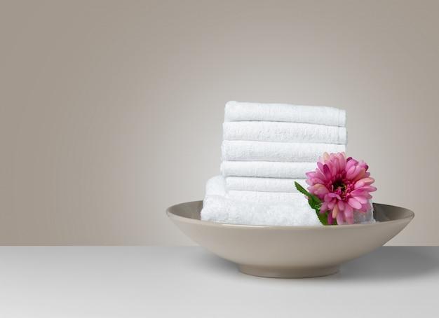 Pilha de toalhas de spa branco dobrado