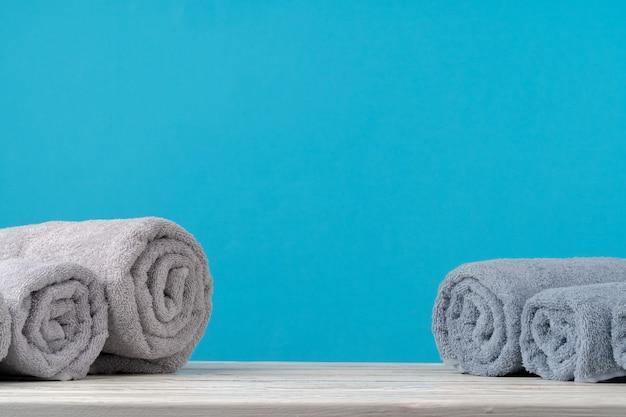 Pilha de toalhas enroladas em uma mesa de madeira