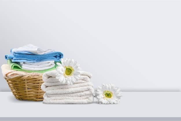 Pilha de toalhas fofas e flores de camomila