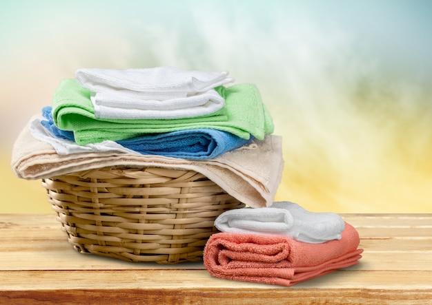 Pilha de toalhas fofas no fundo