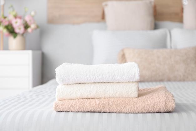 Pilha de toalhas limpas na cama