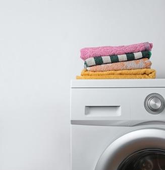 Pilha de toalhas na máquina de lavar