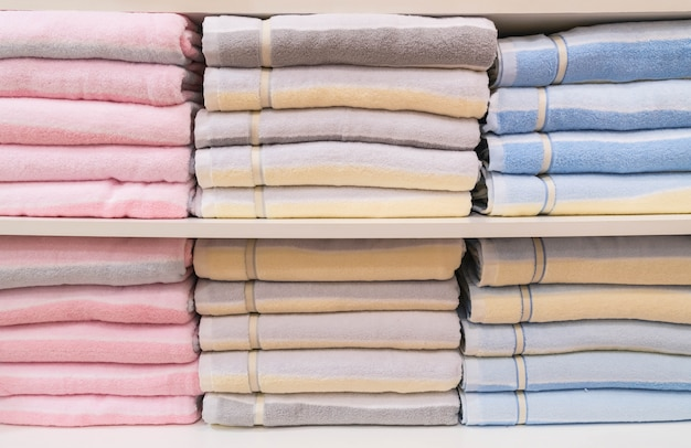 Pilha de toalhas na prateleira