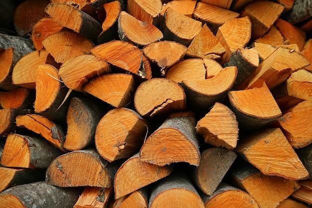 Pilha de toras de madeira cortadas no armazenamento de lenha
