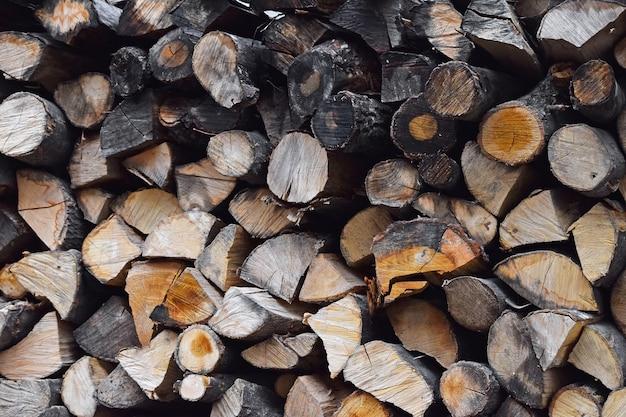 Pilha de toras de madeira secas cortadas divididas e organizadas em uma pilha