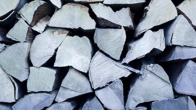 Pilha de toras de madeira secas para o fogo. texturas naturais e fundos