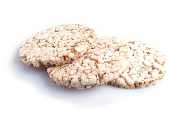 Pilha de três bolos de arroz isolados no branco.
