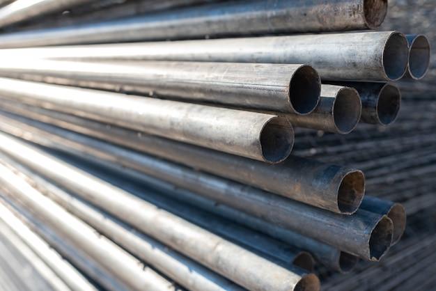 Pilha de tubos de aço para a construção de andaimes.