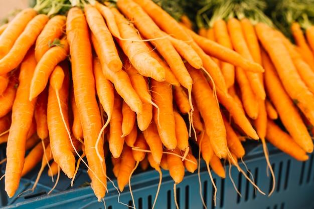 Pilha, de, um, laranja, colhido, cenouras