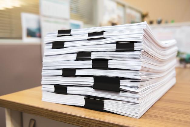 Pilha de um monte de relatório de papelada ou documento impresso no escritório de mesa empilhar.