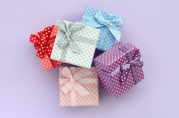Pilha de um pequeno colorido caixas de presente com fitas mentiras