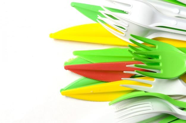 Pilha de utensílios de cozinha de plástico amarelo, verde e branco brilhantes