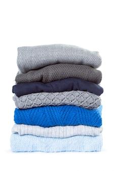 Pilha de várias camisolas isoladas no branco
