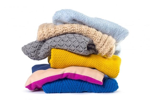 Pilha de várias camisolas