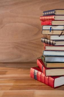 Pilha de vários livros sobre uma mesa