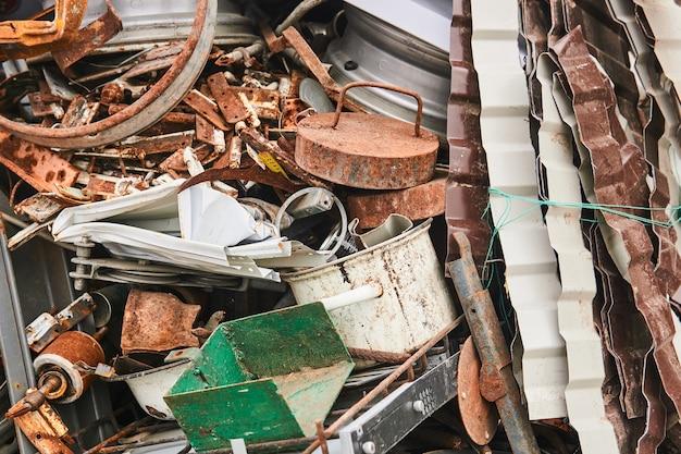 Pilha de vários resíduos de metal antes da reciclagem